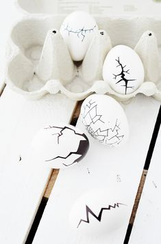 These DIY cracked Easter eggs are quite the eye-catcher, but simple enough not to compete with your other Easter decorum! Art Projects, Projects To Try, Easter Crafts For Kids, Diy Garden Decor, Amazing Gardens, Easter Eggs, Hair Accessories, Things To Sell, Baking Desserts