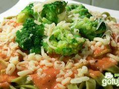 Makaron z sosem pomidorowym i brokułami. Szybki i smaczny!
