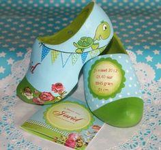 Handbeschilderde geboorteklompjes  Wonderlief maakt originele, persoonlijke klompjes. Een lief en uniek kraamcadeau om de geboorte van een baby te vieren.