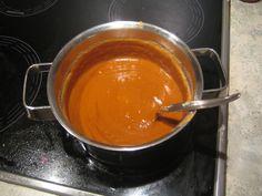 Je eigen pindasaus thuis zelf maken, is lekkerder dan een kant-en-klaar potje satésaus kopen. Hier een recept om je een beetje op weg te helpen.