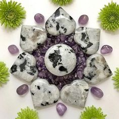Grids can look so pretty💕💕 Crystals And Gemstones, Stones And Crystals, Crystal Mandala, Meditation Crystals, Reiki Meditation, Meditation Music, Crystal Guide, Aura Colors, Chakra Crystals