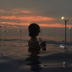Find images and videos about girl, photography and summer on We Heart It - the app to get lost in what you love. Night Aesthetic, Summer Aesthetic, Aesthetic Girl, Pool Picture, Night Vibes, Beach Poses, Insta Photo Ideas, Dark Wallpaper, How To Pose