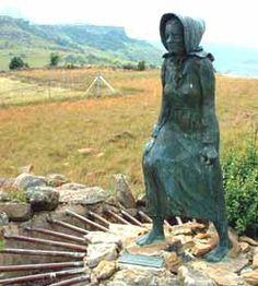 By Voortrekker Pas is daar 'n monument van 'n vrou wat weg loop van Natal af.  Dit is in nagedagte van Susanna Smit, die suster van Gert Maritz, wat gesê het sy sal eerder kaalvoet terug oor die berge trek as om in Natal onder Britse beheer te bly.