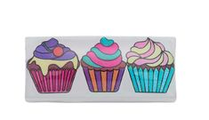 Drei farbenfrohe Cupcakes erstrahlen bei diesem länglichen Slider für Kinder als süße Verführung. Die fröhliche Farbwahl in Pink, Lila, Rosa und Türkis wird kleine Mädchen verzaubern und kommt durch die glänzende Oberfläche besonders gut zur Geltung. Der Slider passt auf alle Kinderarmbänder aus der Kollektion.   #CUPCAKE #SLIDER #KINDERSCHMUCK #KINDERARMBAND #MODESCHMUCK Pink Lila, Sliders, Cupcakes, Accessories, Pink, Baby Girls, Fashion Jewelry, Armband, Cupcake
