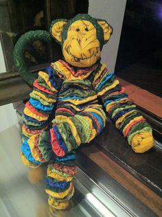 Macaco feito em fuxicos com tecido 100% algodão.