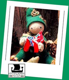 Pequeño Tomte ( duende sueco) sosteniendo en sus manos un Caballo de Dala tallado y pintado a mano( El Caballo de Dala es una figura tradicional sueca). Unico en su tipo, cuerpo suave , vestido ropa de paño con detalles de bordado a mano.  #OOAK_gnome #gnome