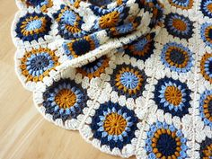 """finished! granny square blanket."" Picture instructions in German ( http://www.kasa-amend.com/2010/01/anleitung-sunburst-flower-granny-square-haekeln/ ) and written in English ( http://www.scribd.com/doc/2518003/Flower-Granny-Square-Doc )"