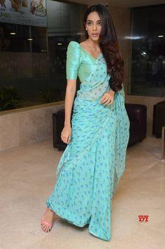 Kerala Saree Blouse Designs, Cotton Saree Blouse Designs, Fancy Blouse Designs, Bridal Blouse Designs, Blouse Neck Designs, Sari Blouse, Indian Fashion Dresses, Indian Designer Outfits, Indian Outfits