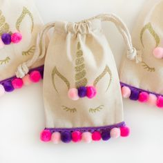 No-Sew Mini Pom Pom Party Favor Bags - Creative Mom 101 Unicorn Party Favor What a super nice idea . Party Favor Bags, Goodie Bags, Favor Boxes, Gift Bags, Diy Sac, Unicorn Crafts, Halloween Party Games, Unicorn Birthday Parties, Unicorn Party Bags