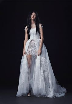 The new Vera Wang wedding dresses have arrived! Take a look at what the latest Vera Wang bridal collection has in store for newly engaged brides. Vera Wang Wedding Gowns, Vera Wang Bridal, 2016 Wedding Dresses, Wedding Dress Trends, Bridal Dresses, Tulle Wedding, Wedding Poses, Dresses 2016, Wedding Ideas