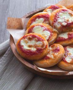 Le pizzette rosse sono una delle ricette che proprio non può mancare sul buffet di compleanno! Semplici, sfiziose e perfette da mangiare con le mani! Nibbles For Party, Meat Appetizers, Happy Foods, Antipasto, Naan, Street Food, Bagel, Finger Foods, Food And Drink
