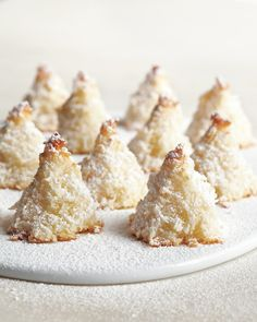 Sugar dusted macaroon trees Round up the kids for a simple baking project. From mixing to sprinkling, this forest of snow-covered trees is almost as fun to make as it is to eat.This classic cookie takes on the shape of a snow-dusted evergreen. Holiday Baking, Christmas Baking, Recettes Martha Stewart, Martha Stewart Recipes Cookies, Cookie Recipes, Dessert Recipes, Christmas Sweets, Christmas Cookies, Christmas Tree