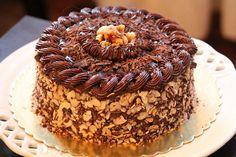 Krokanlı Pasta Nasıl Yapılır Krokanın kendine has eşsiz lezzeti pastalar için sıklıkla kullanılmasını sağlamaktadır. Aslında krokanlı pasta tar..