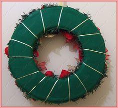 Guirlanda feita com corações em feltro e laços natalinos.  Medidas: 34X34  Altura total com a fita para pendurar 42 cm.