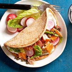 For a lighter (yet still delicious!) twist on bagels and lox, try this Smoked Salmon Flatbread recipe. Opting for a lower-carb pita keeps the calorie tally for this flatbread recipe below Healthy Sandwich Recipes, Healthy Sandwiches, Lunch Recipes, Seafood Recipes, Picnic Recipes, Cold Sandwiches, Fish Recipes, Chicken Recipes, Paninis