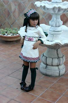 Hoy os presentamos el vestido de nuestra colección Yazmin, para este invierno. En loneta brocada con detalles de bolillo, madroños y puntilla. Más info en www.neyma.es #fashionchildren #fashion #children #neymasmodainfantil #madeinaspain #malaga #design #yazmincollection