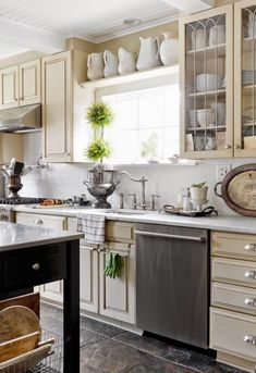 styl klasyczny, białe wnętrza, shabby chic, bielone meble, beżowa kuchnia, retro kran