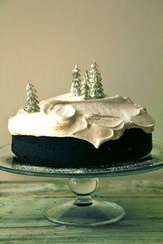 Sjokoladepepperkake med marshmallow glasur -- Chocolate Gingerbread Cake with Marshmallow Icing Holiday Treats, Christmas Treats, Christmas Baking, Christmas Cookies, Holiday Recipes, Christmas Recipes, Holiday Cakes, Dinner Recipes, Winter Torte