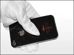 3. Skub bagpanelet mod den øverste kant af iPhone. Coveret vil bevæge sig ca. 2 mm.