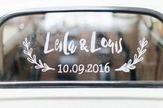 Stickers qui en plus d'être très simple d'utilisation s'enlèvera avec beaucoup de facilité : optez pour le traditionnel « vive les mariés », en fonction de votre thème… Bref amusez-vous ! Il existe aussi des feutres spécialement conçu pour les vitres des voitures, si