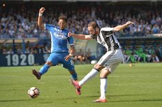 """Juventus' forward from Argentina Gonzalo Higuain (R) fights for the ball with Empoli's midfielder from Colombia Andres Tello during the Italian Serie A football match Empoli vs Juventus, on October 2, 2016 at Empoli's """"Carlo Castellani"""" comunal stadium. / AFP / ANDREAS SOLARO"""