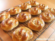 """""""Aniskringler"""" er duftende deilig, norsk tradisjonsbakst! Kringlene smaker nydelige med bare smør på, eller servert med geitost eller syltetøy. Oppskriften gir 24 stk."""
