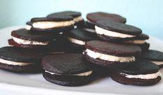 Vegane Oreo Kekse lassen sich ganz einfach selbst zubereiten. Die Backschürze umgebunden und los geht's!