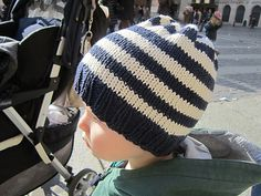 A very quick pattern to knit a simple baby hat in a couple of hours using some stash yarn.