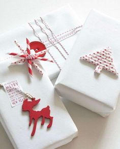 gift wrapping red and white Christmas wrapping-using two different papers - such a cute idea! Red Christmas, All Things Christmas, Christmas Time, Christmas Crafts, Christmas Decorations, Creative Gift Wrapping, Present Wrapping, Creative Gifts, Wrapping Ideas