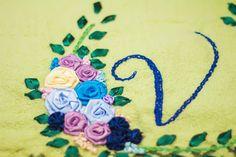 Aprenda a fazer o bordado com fitas, um artesanato bonito e muito valorizado para você fazer peças que nunca imaginou! Aqui você vai aprender a fazer a Rosa Raiada.