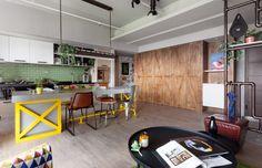 Projekt  z pracowni House Design Studio, The Family Playground. Przestrzeń rodzinna - kuchnia z jadalnią i ukryty za przesuwnymi drzwiami przestrzeń do pracy - biuro. Zamknięte wyglądają jak wysoka zabudowa kuchenna i nie zdradzają obecności innego pomieszczenia. Fot. Hey! Cheese.