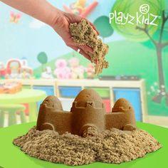 Traga a praia à sua casa com a areia moldável para crianças Playz Kidz! A prenda ideal para fazer uma surpresa aos mais pequenos, que vão adorar construir castelos de areia e outras formas.