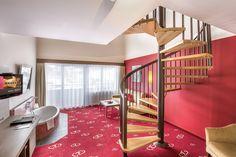 Galerie-Suite 509 mit Badewanne im Wohnzimmer und Wendeltreppe zum Schlafraum Hotel Alpen, Stairs, Loft, Furniture, Home Decor, Spiral Stair, Bath Tube, Luxury, Bathing