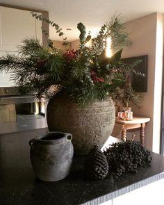 De mooiste kerstinterieurs van onze volgers | WONEN Landelijke Stijl Rustic Christmas, Christmas 2019, Christmas Wreaths, Xmas Decorations, Flower Decorations, Big Vases, Happy Birthday Jesus, Merry Happy, Holiday Time