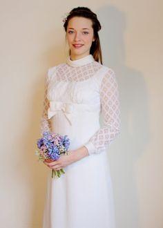 Annemarie  Langärmeliges Kleid mit Spitze und Schleife aus dem Jahr 1969.  Maße Größe34-36  Das Kleid ist für eine recht kleine, schmale Person geeignet. Selbst unserem tollen Model war es ein Stückchen zu kurz :-).  Zustand Guter Vintage-Zustand.  Änderungsideen Die Schleife vorne lenkt etwas von der tollen Spitze ab. Vielleicht könnte man hier eine etwas schlichtere Applikation wählen.