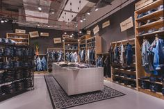 On 19 March 2015, the Zapata multi-label store opened, with new store concept, in Glacis-Galerie in Neu-Ulm (Germany).