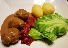 Hjemmelagde Kjøttkaker med fløtesaus, nykål, rørte tyttebær og poteter