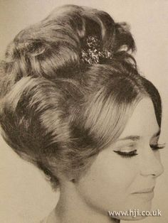 Mid length hair was parted in the centre and swept back to the crown, where a piece was added for extra height and movement and decorated with a hair jewel Hairdos For Short Hair, Short Hair Styles Easy, Curly Hair Styles, 1960 Hairstyles, Vintage Hairstyles, Hairstyles Videos, 1960s Hair, Barrel Curls, Beehive Hair