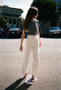What to wear with white jeans stil mode, modetrends, anziehen, koreanische White Jeans Summer, How To Wear White Jeans, Looks Style, Looks Cool, Elegantes Outfit Frau, Look Fashion, Fashion Outfits, Spring Fashion, Net Fashion