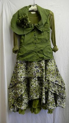 O, so gorgeous green! Even I could imagine to wear this more boheme look but without that collar...