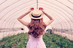 大好きなイチゴ狩りにはしゃいでいる女の子