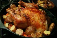Cómo hacer pollo al horno. El pollo al horno es uno de los clásicos de la cocina a nivel mundial, una receta que siempre viene bien cuando deseamos preparar algo delicioso pero que no tenga demasiado trabajo. Ideal para una com...
