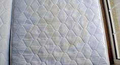 Verwijder eenvoudig vlekken uit je matras met deze 3 ingrediënten Een matras met vlekken, we hebben er bijna allemaal weleens m...
