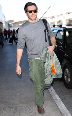 SWOON. Jake Gyllenhaal looks smokin' hot as he catches a flight out of LAX.