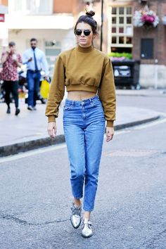 While taking an afternoon stroll in London, Kendall Jenner breaks the rules — and almost breaks the Internet — by making mom jeans the coolest denim silhouette around. This is how you do it. #refinery29 http://www.refinery29.com/2015/07/90132/kendall-jenner-mom-jeans-outfit#slide-1
