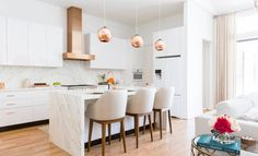 Obtain our best ideas for creating a sophisticated, rustic, vintage, modern and small farmhouse kitchen decor Rose Gold Kitchen, Copper Kitchen Decor, All White Kitchen, Kitchen Pendant Lighting, Home Decor Kitchen, Kitchen Interior, New Kitchen, Kitchen Island, Kitchen Tools