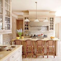 For a restored Palm Beach mansion, designer created an inviting kitchen where family and friends can come together. Find more kitchen inspiration on the site now—link in bio. Photo by Pieter Estersohn Kitchen Room Design, Kitchen Layout, Diy Kitchen, Medium Kitchen, Beach Mansion, Kitchen Designs Photos, Kitchen Remodel Before And After, Open Concept Kitchen, Kitchenette