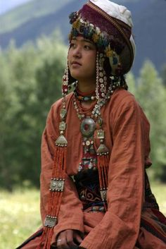 The Kyrgyz people (also spelled Kyrghyz and Kirghiz) are a Turkic ethnic group native to Central Asia, primarily Kyrgyzstan. Costume Ethnique, Foto Portrait, Costumes Around The World, Beauty Around The World, Ethnic Dress, Folk Costume, Tribal Costume, Central Asia, World Cultures