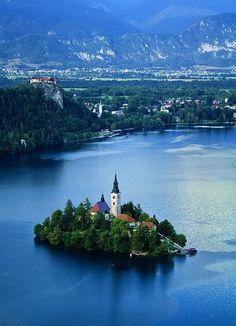 La Iglesia en la silueta del Lago Bled. Slovenia.