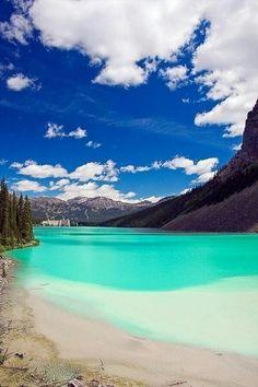 Lago Louise, Alberta (Canadá).  El agua es tan clara que el fondo, a 240 metros de profundidad se ve desde fuera.